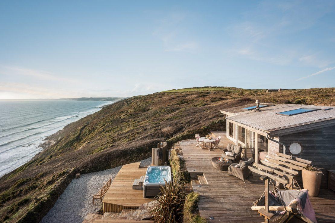 Casa à beira mar com deck externo muito aconchegante.